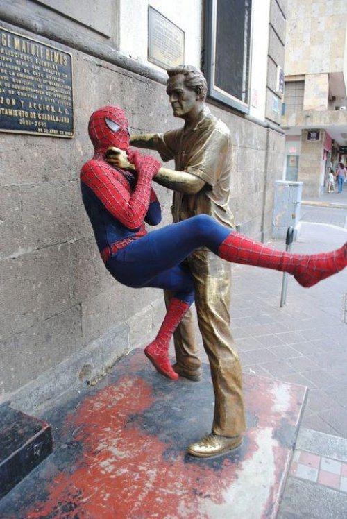 прикольное фото человека паука и статуи
