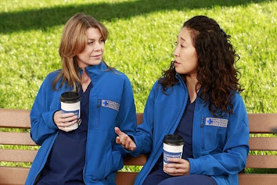 Escena del episodio 9x20 de la serie Anatomía de Grey, se ve a Grey hablando con Cristina.