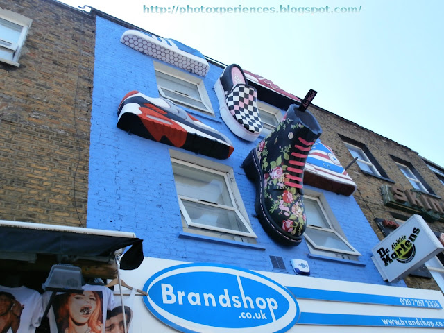 Front of the shoe store 'Brandhop' in Camden High Street. Fachada de la zapatería 'Brandshop', en Camden High Street.
