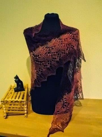TE KOOP: aubergine rode /roze shawl.