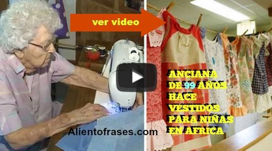 video de una anciana que ayuda a niñas regalándole vestidos, lindo acto de amor, abuelita de 99 años da ropa a niñas pobres.