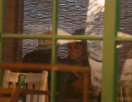 Caio Castro e Maria Casadeval são flagrados jantando depois de gravação