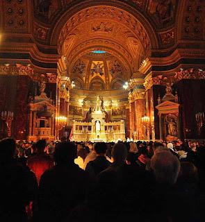 Vigília pascal na catedral de Budapest