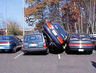 Carro estacionado em local apertado
