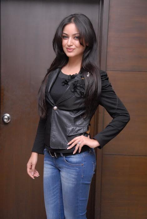 maryam zakaria new @ naa ishtam logo launch hot photoshoot