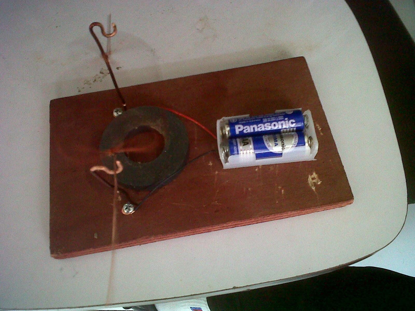 2 Kumparan berputar dibawah pengaruh arus listrik dari baterai dan medan magnet oleh magnet cincin