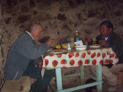 Devorando un rico plato de carne de llamo  con Pedro Lucas Ticona, miembro de la comunidad de Alca.