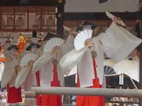 京の鴨川河原で演じた踊りは、都の町衆によって支持された。