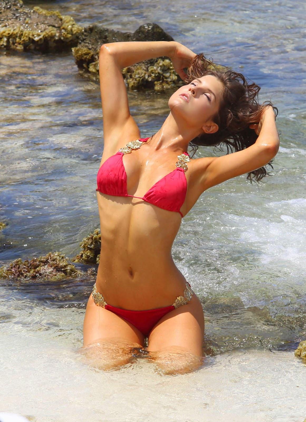 أماندا سيرني بالبكيني الأحمر خلال تصوير فيديو كليب
