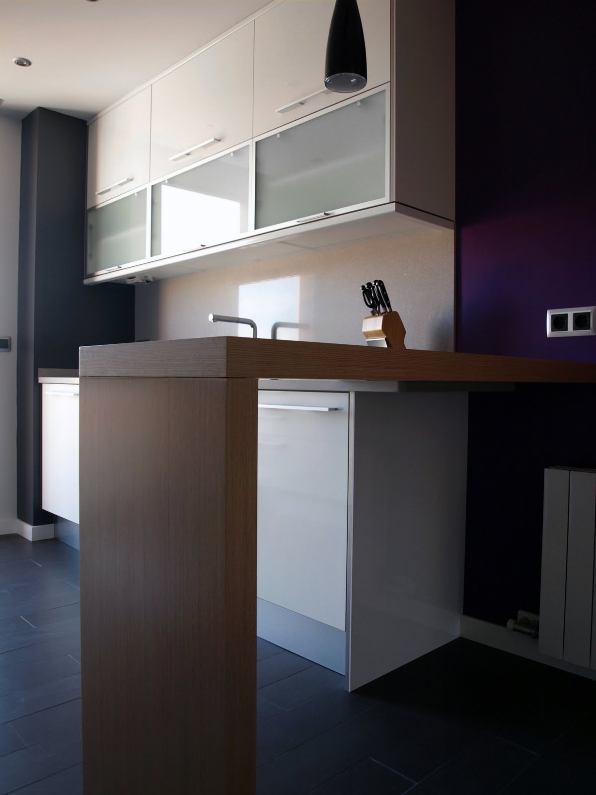 Cocina en paralelo con barra decoraci n for Distribucion cocina en paralelo