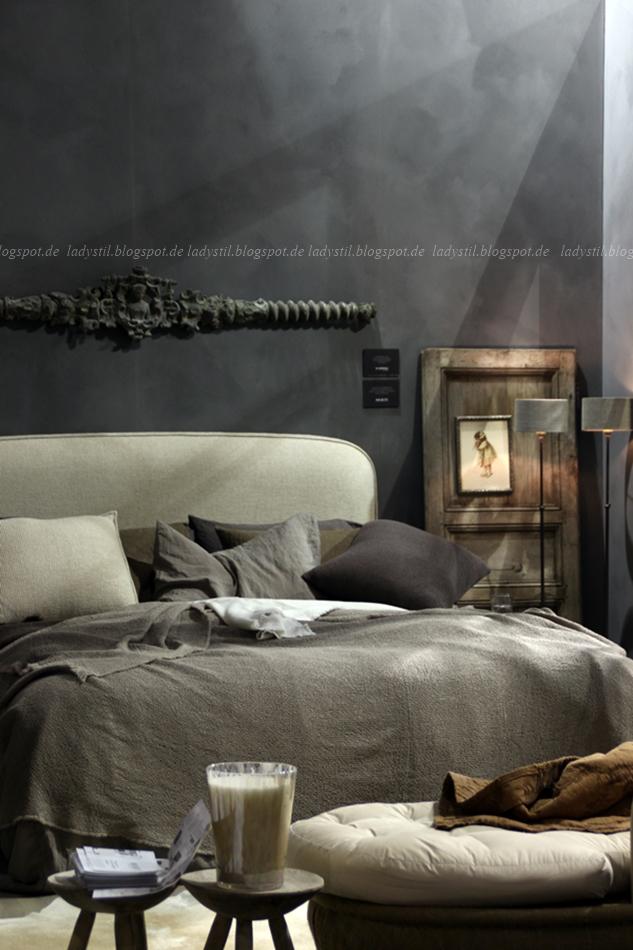 Schlafzimmer in beige grau mit anthrazitfarbener Wand auf der vt wonen en design beurs in Amsterdam 2015