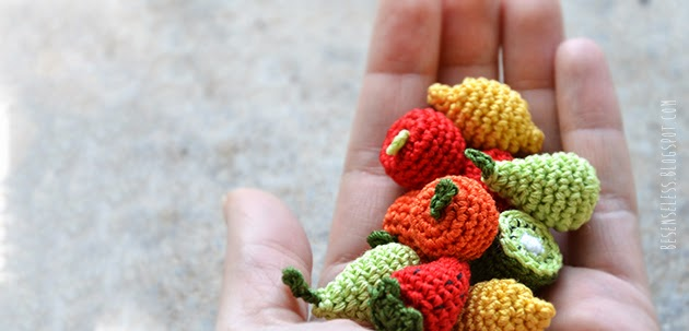Bijou con miniature di frutta a uncinetto: mela, pera, arancia, limone, fragola e kiwi per un bracciale e orecchini - Amigurumi fruits miniature: pear, apple, orange, lemon, strawberry and lemon for crocheted bracelet and earrings.