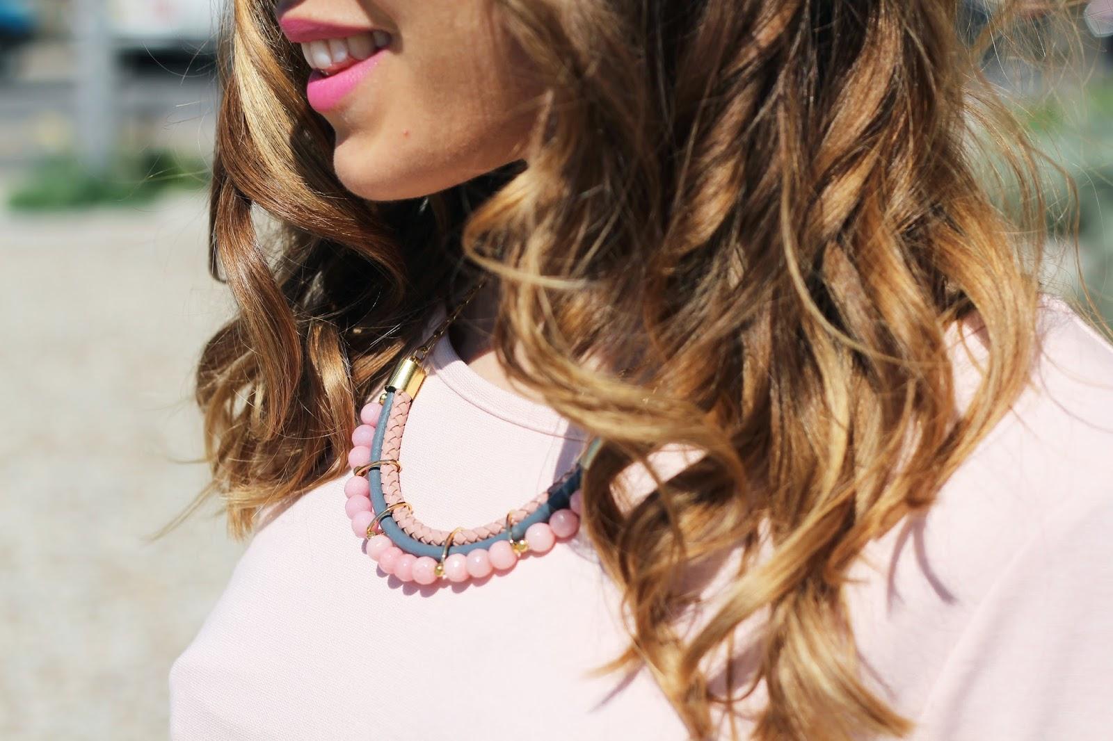 Collier plastron à perles rose