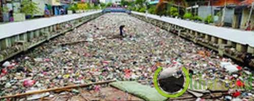 Ngeluh Banjir Tapi Buang Sampah Sembarangan Terus