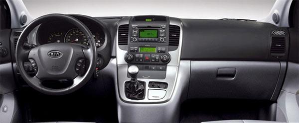 Kia Carnival - CD player com entrada auxiliar, iPod e USB, sistema de abertura das portas por keyless, volante com regulagem de altura