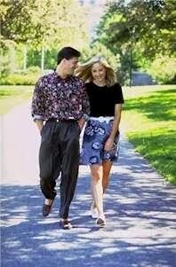 pareja paseando hablando en inglés