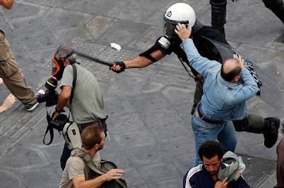 На фото: в Греции полиция