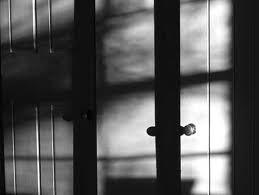 smrt │ ne preži za zaprtimi vrati │ ampak pred njimi