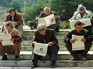 Mereka membaca koran