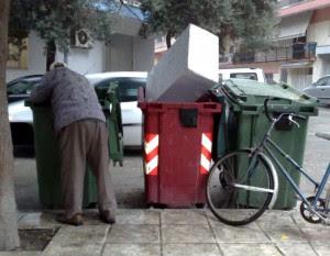 άνθρωποι που ψάχνουν φαγητό στα σκουπίδια