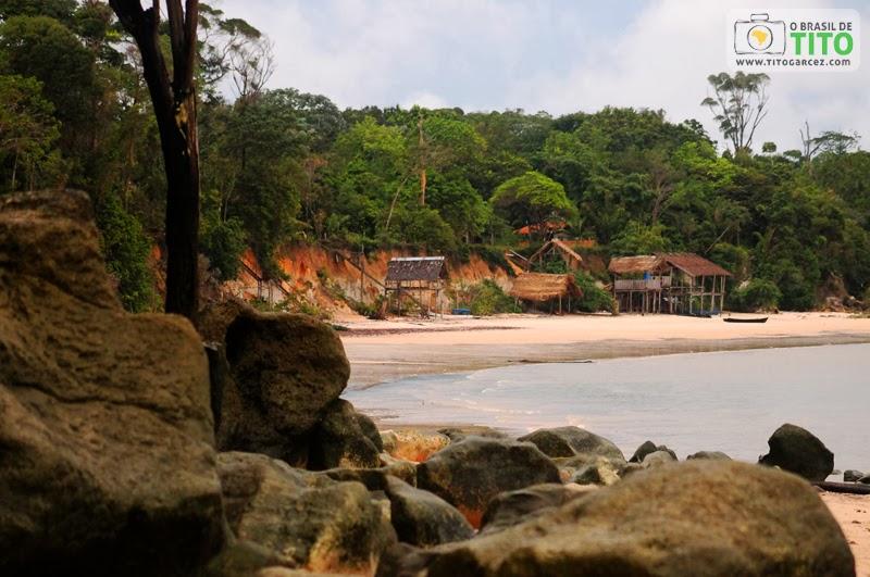 Pedras e barracas de pescadores na praia do Vai-Quem-Quer, na ilha de Cotijuba, no Pará
