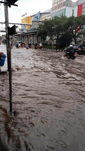 Ruas Carrefour Mangga Dua Jakpus Tergenang Banjir