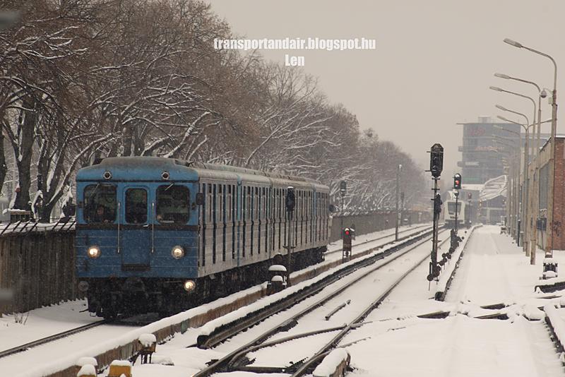 Ev típusú metró szerelvény közeledik a reggeli havazásban,az M2-es vonal Pillangó utcai megállójához