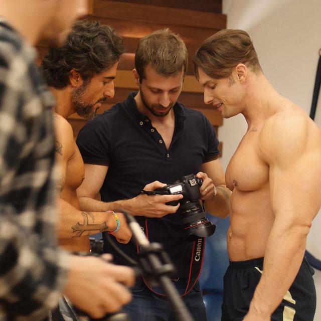Marcos Mion e Paulo Muzy conferem cliques nos bastidores do ensaio. Foto: Divulgação