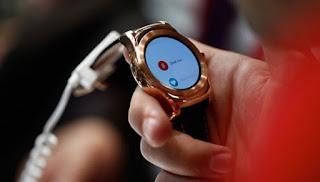 Pengunjung mencoba suara pada jam pintar LG Watch Urbane saat berlangsungnya Mobile World Congress di Barcelona, Spanyol, 2 Maret 2015. Simon Dawson-Bloomberg via Getty Images