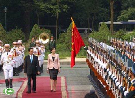 Thủ tướng Nguyễn Tấn Dũng và Thủ tướng Thái Lan duyệt đội danh dự Quân đội nhân dân Việt Nam