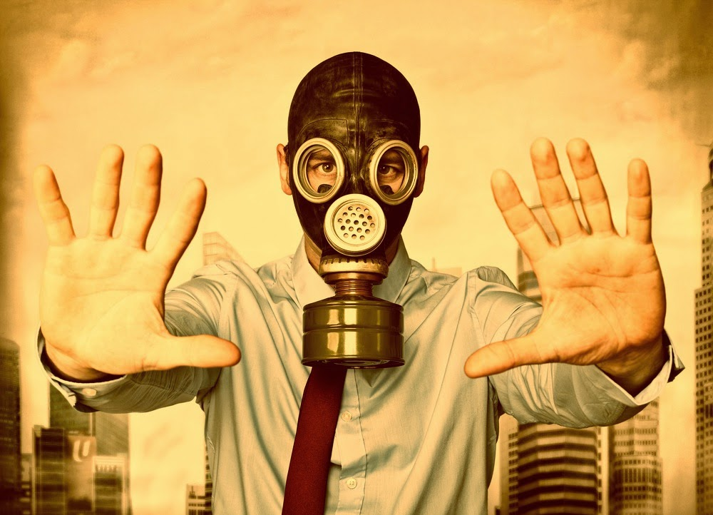 Hombre con máscara antigas