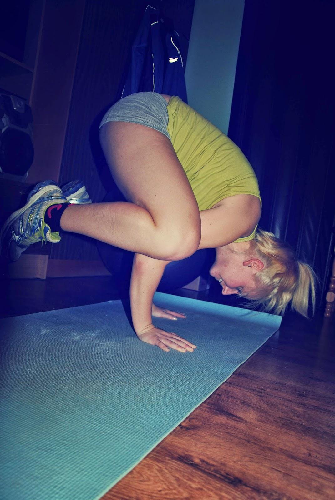 stanie na rękach, pozycja yogi, joga, mocne ramiona, silne ręce, sukces, efekty