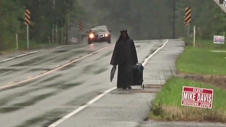 Misteriosa Donna in Nero cammina per le strade degli USA