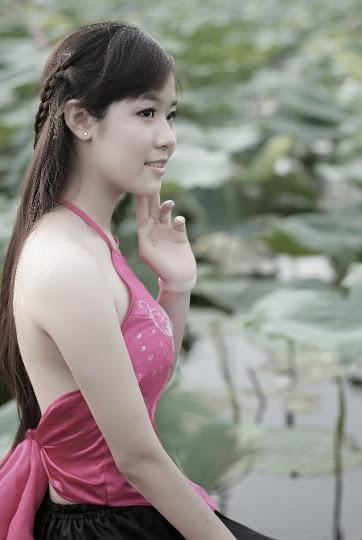 Girl xinh với áo yếm xưa bên hồ sen Phấn 1 7