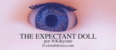 imagen de ojo de plástico de una muñeca junto al título The Expectant Doll de @Kikyome para el blog de literatura independiente Ficciondislexica.com