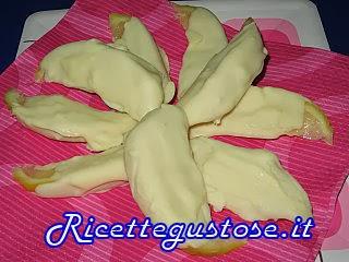 http://www.ricettegustose.it/Dolci_frutta_fresca_html/Spicchi_di_limone_al_cioccolato_bianco.html