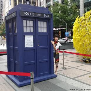 Chica con la bufanda del Doctor Who al lado de la Tardis