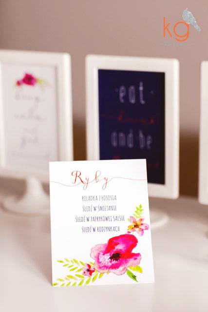 Kolekcja dodatków do zaproszeń z motywem akwarelowych, polnych (ręcznie przez nas malowanych) kwiatów. winietki, numery stołów do ramki, ozdobne tabliczki, menu weselne wolnostojące, menu wolnostojące 10x15cm na zimne płyty i słodki stół, plan stołów, okrągła zawieszka na alkohol, podziękowanie dla gości w formie zawieszanej karteczki na pudełku, napis na wstążce JUST MARRIED, ozdobne girlandy trójkąty. oryginalne nietypowe dodatki i zaproszenia ślubne, papeteria ślubna, poligrafia slubna, vintage, eco, rustykalne wesele,drewniana skrzynka, kaligrafowane zaporszenia, kaligrafia, callygraphic