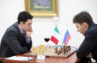 Échecs : Fabiano Caruana (2786) 1/2 Sergey Karjakin (2775) lors de la ronde 8