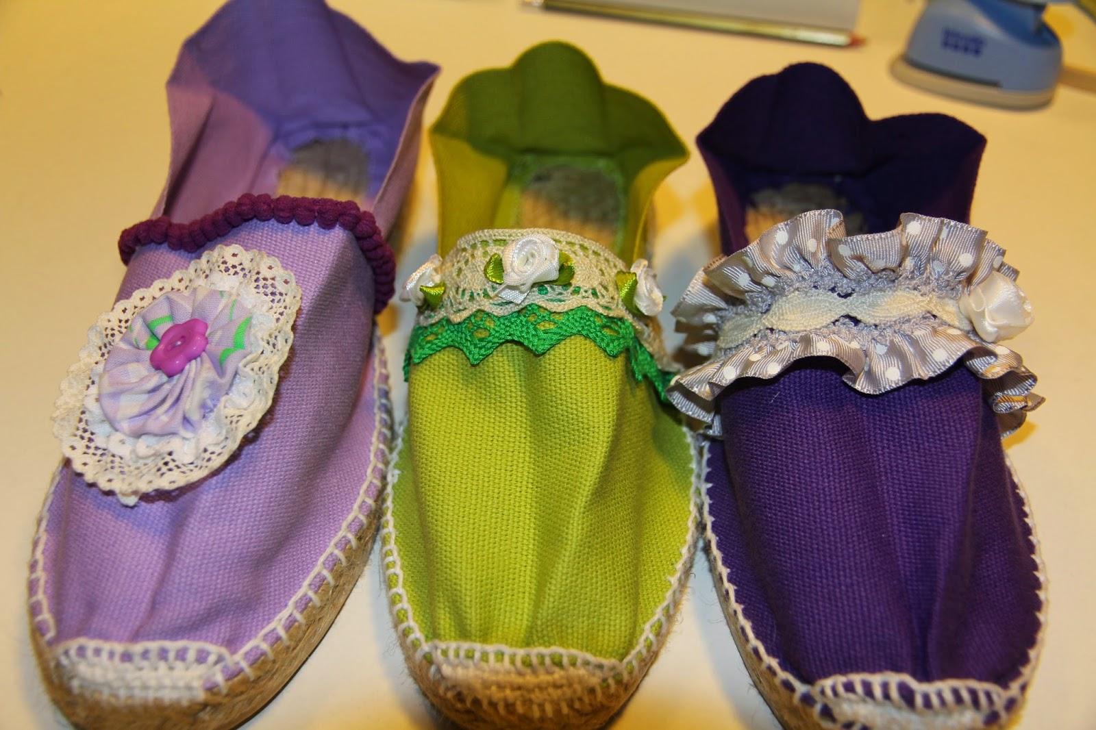 Estas son algunas de las alpargatas que Maria Angels está preparando en el taller para regalar a unas amigas. Tendrá un regalo bien original y exclusivo,