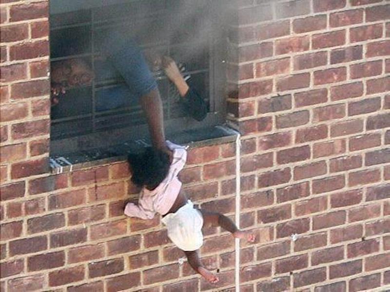 أم تخرج أبنها من النافذة من الدور الخامس بيدها والسبب.