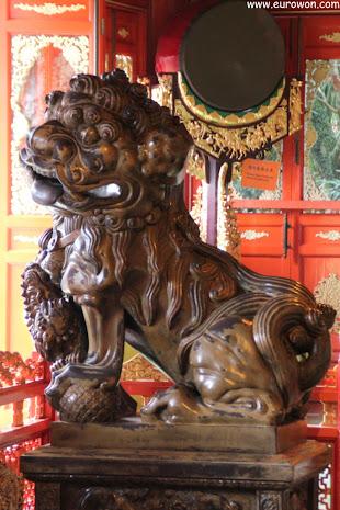 Estatua de un xiezhi en el monasterio Po Lin
