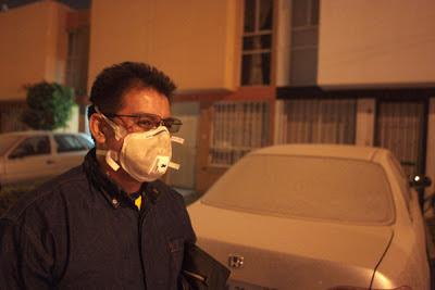 Erupción volcán Popocatepetl afecta visibilidad de conduafectando la visibilidad de conductores y obligando a los transeúntes a usar mascarillas
