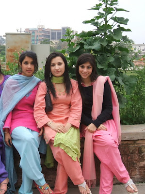 Beautiful Pakistani College Girls Trip Pictures Gallery4