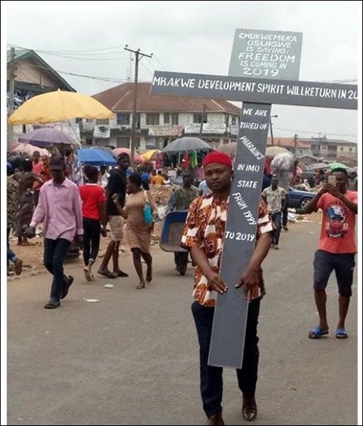 Viral News Zone: Photo Of A Man Protesting With A Huge Cross In Owerri, Imo
