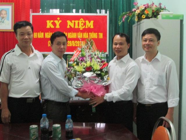 Đồng chí Bí thư Huyện ủy chúc mừng ngày truyền thống các cơ quan