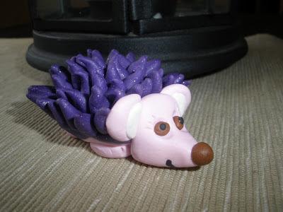 Erizo rosa y morado realizado en fimo