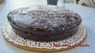 torta al cioccolato coperta con glassa lucida al cioccolato// torta de chocolate cubierta con glasa al chocolate brillante