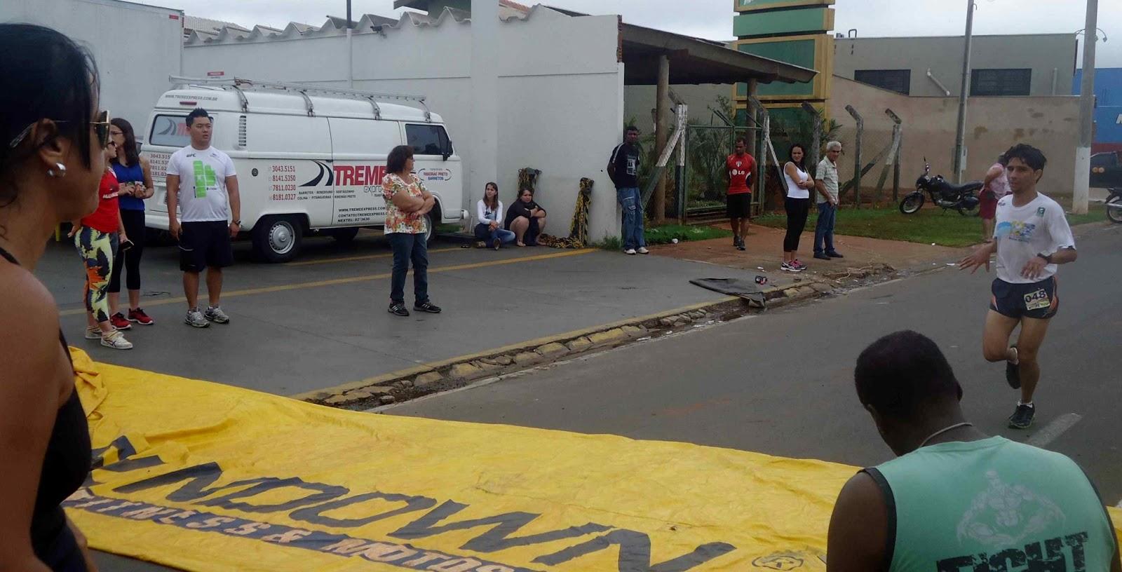 Foto 64 da 1ª Corrida Av. dos Coqueiros em Barretos-SP 14/04/2013 – Atletas cruzando a linha de chegada
