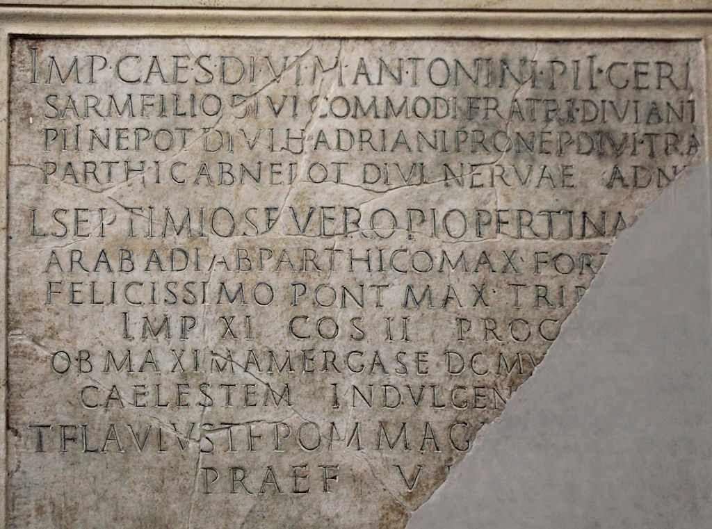 Los romanos escribían todo em mayúsculas y sin espacios.  Dedicatoria al imperador Septimio Severo, Roma.